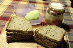 Johanna musste unterwegs frühstücken: Brot mit Hummus, Schichtjoghurt mit Müsli und Apfelkompott, dazu Kohlrabi.