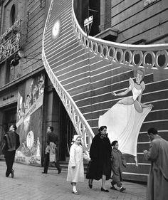 Catal& Roca - Cinderella in Gran V& Street Disney Vacation Planning, Disney Vacations, Fotografia Social, Foto Madrid, Robert Doisneau, Photo Black, Old Pictures, Historical Photos, Street Photography