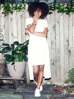 Kai Avent-deLeon usa vestido midi com t-shirt e tênis, em look total branco.