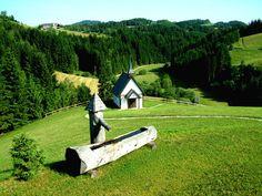 Der Johannesbrunnen und die Engelskapelle beim Hof der Familie Irxenmayr in Pierbach Heart Of Europe, Garden Bridge, Austria, Most Beautiful, Outdoor Structures, Country, Plants, Pictures, Travelling