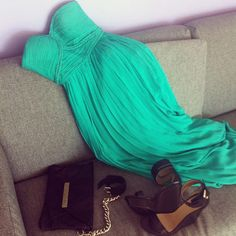 cute dress but I need that clutch, ill never loose it if its connected to me :)
