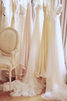c'est beau un magasin de robes de mariées... ...