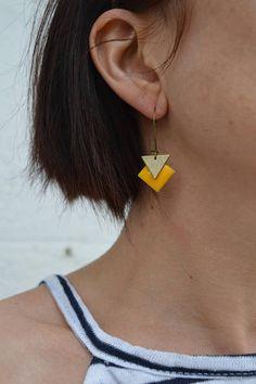 Boucles d'oreilles dormeuse moyenne jaune et bronze
