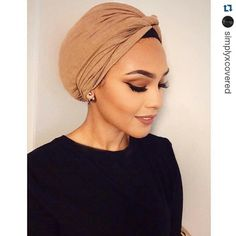 chinutay a | Tumblr Une jolie façon de porter un turban, retro modern avec la haut sobre ras du cou et les B. O. et le maquillage ultrachics