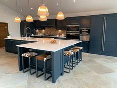 Open Plan Kitchen Dining Living, Open Plan Kitchen Diner, Kitchen Island With Seating, Living Room Kitchen, Modern Kitchen Island, Navy Kitchen, Modern Kitchens With Islands, Blue Kitchen Ideas, Kitchen Island Booth