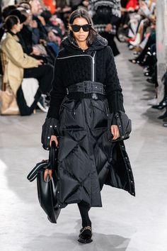Sacai Fall 2019 Ready-to-Wear Fashion Show - Vogue Couture Mode, Style Couture, Couture Fashion, Dark Fashion, High Fashion, Winter Fashion, Fashion Week Paris, Style Noir, Winter Mode