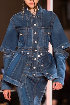 Paris Fashion Week: Alexander McQueen Spring/Summer 2018 Ready To Wear Spring Fashion Trends, Fashion Week, Paris Fashion, Men Fashion Show, Fall Fashion, Fashion Online, Womens Fashion, Jeans Casual, All Jeans