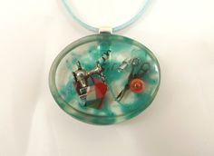 Collier la couturière, bleu turquoise, copeaux métal, demi perle, fil bleu, et tissus : Collier par long-nathalie