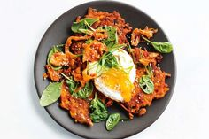 Sweet potato and kimchi fritters with fried eggs - This low-calorie main meal can be on the table in just 30 minutes. Vegetarian Nachos, Vegetarian Dinners, Vegetarian Recipes, Dinner Bowls, Fish Dinner, Low Calorie Lunches, Calorie Diet, Healthy Zucchini Fritters, Diet Recipes
