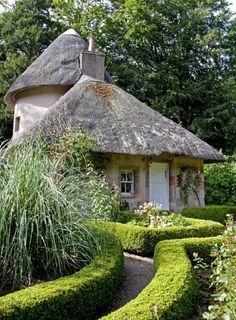 Cottage with thatched roof in Scotland.