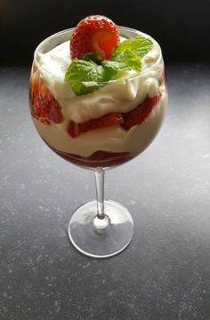 Aardbeientoetje in een glas – RECEPT – Burgertrutjes Strawberry dessert with greek yogurt, whipped cream and fresh strawberries. Easy dessert, strawberry dessert in a glass, strawberries Desserts In A Glass, Köstliche Desserts, Delicious Desserts, Dessert Recipes, Yummy Food, Greek Yogurt Dessert, Tapas, Strawberry Desserts, Brunch