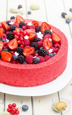 Entremets frais aux fruits rouges et au lait d'amande - Fresh desserts with red fruits and almond milk - French Cuisine - Fruit Recipes, Sweet Recipes, Cake Recipes, Dessert Recipes, Köstliche Desserts, Delicious Desserts, Yummy Food, Fresh Fruit Cake, Red Fruit