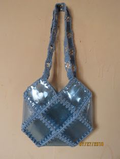 Reciclaje con Artesania: BOLSO DE BOTELLAS PET Craft Bags, Crochet Purses, Christmas Crafts, Projects To Try, Diy Crafts, Pattern, Crochet Pouch, Handmade Bags, Bottles