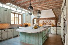 10 Rustic Kitchen Designs That Embody Country Life Freshomecom rustic country kitchen decor - Kitchen Decoration Rustic Country Kitchens, Farmhouse Kitchen Island, Rustic Kitchen Cabinets, Country Kitchen Designs, Rustic Kitchen Design, Modern Farmhouse Kitchens, Kitchen Interior, Rustic Homes, Rustic Farmhouse