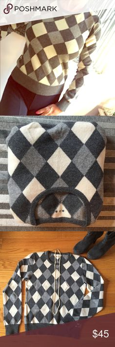 %CASHMERE GRAY ARGYLE SWEATER Fits a small. No label. In excellent condition no piling! Very warm thick Cashmere. Shades of gray argyle. I believe this is a 3 dots sweater. It has the dots at the label area Three Dots Sweaters Crew & Scoop Necks