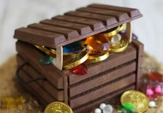Candy jewels and chocolate coins fill this DIY edible treasure chest. How To Use Fondant, Edible Diamonds, Treasure Chest Cake, Jewel Cake, Pirate Birthday Cake, Kit Kat Bars, Chocolate Coins, Chocolate Box, Candy Cakes
