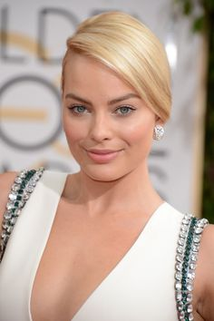 One Aussie that is staking her claim on the iconic blonde bombshell block is none other than our fave stunner Margot Robbie. Here are 5 ways to steal Margot Robbie's blonde bombshell look for yourself. Actriz Margot Robbie, Margot Elise Robbie, Margrot Robbie, Wolf Of Wall Street, Hair Transformation, Hollywood Actresses, Hair Hacks, Her Hair, Beauty Women