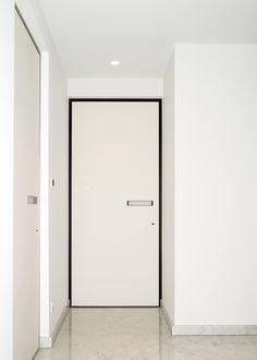 Design binnendeur met zwarte omlijsting en een ingebouwde handgreep