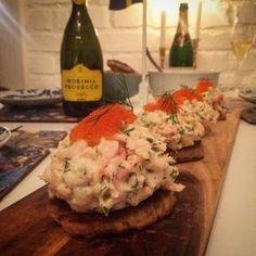 Toast Skagen, en av de mest älskade, klassiska och populäraste förrätterna vi har i Sverige. Enkelt och lättlagat recept - perfekt som förrätt till nyår.