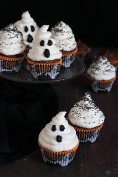 Cute ghost cupcakes for halloween. Halloween Snacks, Spooky Halloween, Comida De Halloween Ideas, Pasteles Halloween, Halloween Cupcakes Easy, Dessert Halloween, Soirée Halloween, Halloween Baking, Halloween Cookies