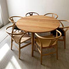 3本脚テーブル1300φホワイトオーク @198.000円+tax+送料  既製品にはない、Yチェアなどのアームチェアが6本並ぶテーブルです。  受注生産で、45日後にお届けができます。 Outdoor Furniture, Outdoor Decor, Living Room, Table, Home Decor, Norte, Decoration Home, Room Decor, Home Living Room