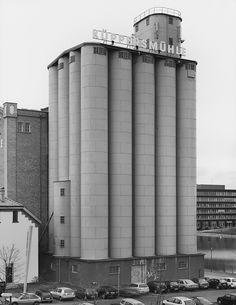Getreidesilo, Duisburg, D, 2002 Art Deco Buildings, Old Buildings, Industrial Architecture, Art And Architecture, Bernd Und Hilla Becher, Bauhaus, Grain Silo, Industrial Photography, Building Art