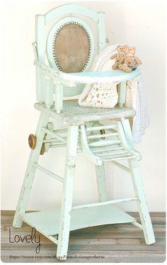 Chaise Haute Vert Pastel Avec Assise En Cannage Et Medaillon De Tissus Sur Le Dossier