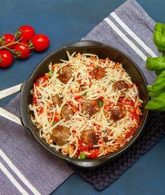 Kjøttboller i pastasaus på vei i ovnen Pepperoni, Paella, Mozzarella, Bbq, Ethnic Recipes, Food, Barbecue, Barbecue Pit, Meals