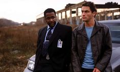 The Wire (HBO) The Bunk and Mcnulty. Two of the greatest detectives ever on the greatest t. show of all time. Hbo Tv Shows, Best Tv Shows, Favorite Tv Shows, Movies And Tv Shows, The Wire Tv Show, The Wire Hbo, True Detective, Gillian Anderson, Black Mirror