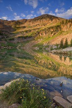 Cecret Lake at Sunrise, Pan de Azúcar y la reflexión, cerca de Alta Ski Resort y Salt Lake City, Uinta-Wasatch-Cache National Forest, Utah.