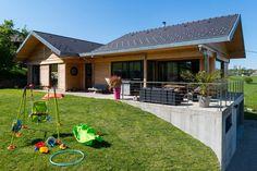 estructura de madera y viga en Savoie Cottage Exterior, Dream House Exterior, Dream Home Design, Tiny House Design, Houses On Slopes, Resort Plan, Hillside House, My House Plans, Contemporary House Plans