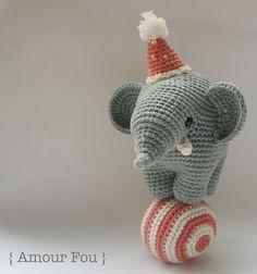 Lo schema per fare un elefantino acrobata amigurumi con cappellino e palla per acrobazie.