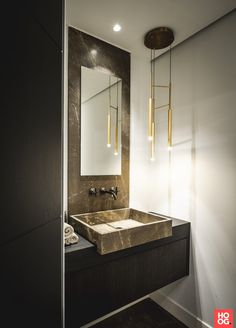 Kees van Strijdhoven - Villa Tilburg - Hoog ■ Exclusieve woon- en tuin inspiratie. Bathroom Spa, Bathroom Toilets, Washroom, Bathroom Interior, Interior Work, Interior Design, Tadelakt, Mirror With Lights, Minimalist Home