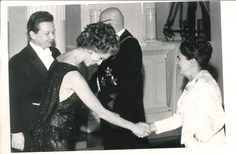 """Slottsbalen 1967. """"Bisse Ulfsson och Lasse Pöysti hälsar på presidentparet. Bisses klänning var festens kanske orginellaste. Hon hade hittat den i teaterns garderob."""" Foto: HBL-arkiv"""
