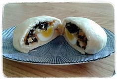 Die gefüllten Teigtaschen (vietn.: bánh bao) gehören zu meinen Lieblingssnacks schlechthin. Man kann sie sich wie kleine gefüllte Brote vorstellen, die aber