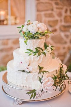 Love fresh flowers on a cake - plus, you know that's a buttercream so it tastes better than fondant will ever look...