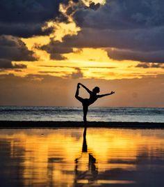 Se você quer saber como foi o seu passado olhe para quem você é hoje. Se quer saber como vai ser o seu futuro olhe para o que você está fazendo hoje. Para ilustrar esse ditado budista colocamos essa foto lindíssima e inspiracional da @igdadeise. #calcathai #meditacao #budismo #culturatailandesa #inspiracao #atitude #agradecimento #fotografia #apreciacao #vida #yoga