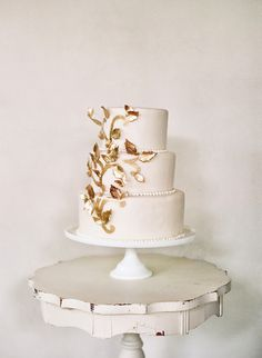Gold accented cake / photo by Elizabeth Messina