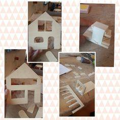Les 4. Vandaag heb ik de ramen en deuren uitgezaagd met een figuurzaag, heb ik het balkonnetje in elkaar gezet en heb ik het bouwpakketje van het eerste kleine huisje gemaakt. De volgende les ga ik dit huisje in elkaar zetten en ik moet nog het dak van het kleine huisje uitzagen.