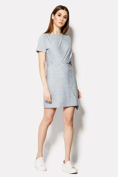 Меланжевое платье REBORN сделано из вискозной ткани с легким синим оттенком. Без застежек, наряд с короткими свободными рукавами идет с не приталенным верхом и облегающим низом. Это достигается благодаря отрезной талии платья. Нижняя часть с эффектом запаха.