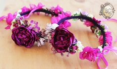 Magenta flower crown. / Corona de flores en color magenta.