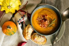 Hi guys! How about pumpkin soup to warm up? Yes, I have a very easy recipe and accompanying story waiting for you on the blog! You haven't tried this version before, I promise! http://bit.ly/2exP3l3