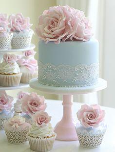 Torta de boda de color azul decorada con cinta de encaje y flores de azúcar de color rosa. I have no idea what this says.just that the cake is pretty. Gorgeous Cakes, Pretty Cakes, Cute Cakes, Amazing Cakes, Sweet Cakes, Fancy Cakes, Mini Cakes, Cupcake Cakes, Cupcake Ideas