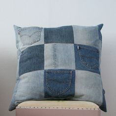 Recycled jeans pillow (projects, crafts, DIY, do it yourself, interior design… Jean Crafts, Denim Crafts, Recycling, Reuse Recycle, Memory Pillows, Denim Ideas, Recycled Denim, Diy Pillows, Cushions
