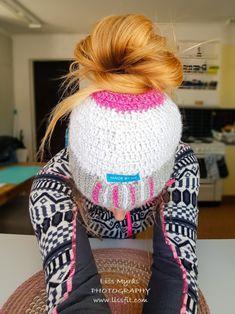 Crochet reflex messy bun beanie with fleece lining #crochet #fleece #lining #nordic #design #apparel #handmade #messybun #beanie #lue #mössa #crocheting #pattern #winterfashion #sportswear #viking #reflexgarn #reflection #safety