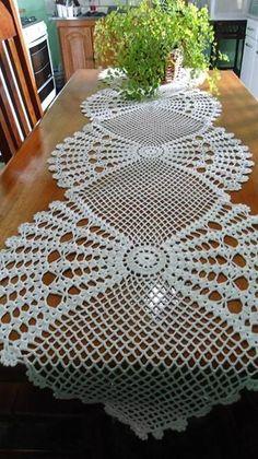 camino de mesa a crochet ile ilgili görsel sonucu Filet Crochet, Crochet Doily Patterns, Crochet Art, Thread Crochet, Irish Crochet, Crochet Designs, Crochet Crafts, Crochet Projects, Diy Crafts