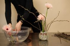 This Ikebana Beautiful arrangement has the title 'How to make peace' because of it's lightness and fragile atmosphere. | http://ikebanabeautiful.com