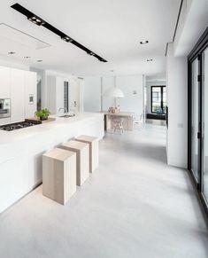 Witte strakke keuken met strakke houten krukken | keukeninspiratie by Via Lin