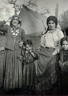 Old Gypsy Pictures- Purane Rromane Patretsi Gypsy Life, Gypsy Soul, Romanian Gypsy, Gypsy Living, Gypsy Women, Vintage Gypsy, Gypsy Caravan, Prussia, Second World