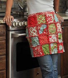 Love this rag quilt apron! Maybe a gift for my girls this Christmas! Scrap Material, Felt Material, Sewing Hacks, Sewing Crafts, Quilting Projects, Sewing Projects, Rag Quilt, Quilts, Christmas Aprons